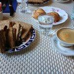 Café com lanche natural em pão australiano