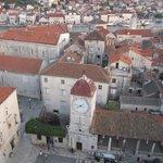 Vista dall'alto di Trogir, Mirkec sulla piazza che guarda le barche