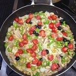 Nervi di maiale con pomodorini,peperoni,fagioli,olive nere e cipolla