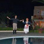 Noche de bailes folclóricos griegos. Muy bonito, al final invitan a aprender a bailar.