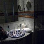 Salle de bains avec douche et WC à droite