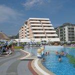Das Hotel vom Pool aus gesehen