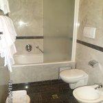 Banheiro com pequenas amenidades para banho