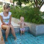 дочь купается