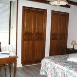 chambre confortable avec bureau et de grands placard