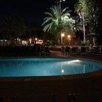 L'une des piscines, de nuit
