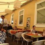 Vista del locale con tavoli all'esterno