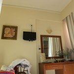 η μαυρη κουκιδα στον τοιχο ειναι lcd τηλεοραση
