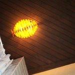 detalle de lampara en forma de pez en el techo