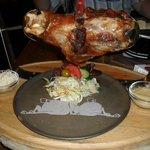 Rodilla de cochino con ensalada y mostaza