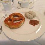 Weißwurstfrühstück mit Brezel