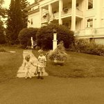 the kids out front of the inn