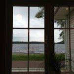 Vista sul lago dal nostro tavolo.