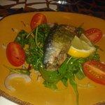 sardine grillées farcie aux serrano, roquettes tomates