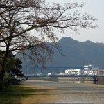 お祭り川原から見える青いトラス橋は岩松川に架かる岩松新橋 津島町岩松