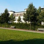 Blick auf das Hotel vom Park aus