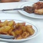 grigliata mista di carne e contorno di patate arrosto