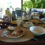 Das köstliche, reichhaltige Frühstück mit Blick auf den schönen Garten