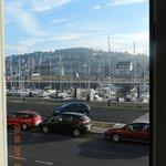 vue de la chambre sur le port de plaisance