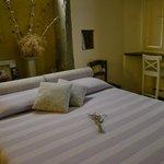La camera da letto al nostro arrivo con un mazzetto profumatissimo di fiori di lavanda sul letto