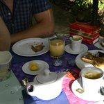 La nostra colazione.Tavoli, sedie e tovagliette graziosissimi! E biscotto di cake design a decor