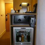 Minibar, cassaforte e macchina del caffè