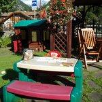giardino con casetta e tavolino per bimbi