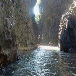 gole dell'alcantara - il fiume scorre all'interno di un canyon di lava