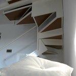 Le scale all'interno della stanza fra zona notte e zona giorno.