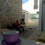 A colazione nel cortile interno.
