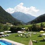 Sicht von der Hotelterasse über die Liegewiese ins Tal