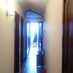 Corridoio che porta alla cucina,stanza da letto (sx) e bagno (dx)