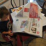 Luca fa colazione con i giornali