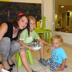Sala da pranzo e gioco per i bimbi con la maestra
