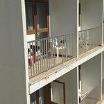 Balkon fehlen Sicherheitssprossen im 5. Stock. Lebensgefahr.