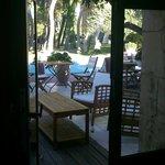 Terrasse Piscine avec tables de petit-déjeuner vue de la salle Fitness
