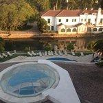vista dalla suite su piscina, giardino e fiume