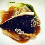 Turbot grillé sur peau, gastrique aigre et raviole au foie-gras (qq chose comme cela =P)