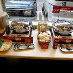 右から、ジャーマン・ポテト、ゆで卵、ソーセージ