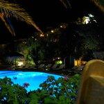 Vista notturna sulla piscina