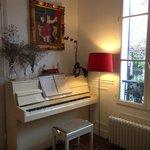 un piano à disposition au salon