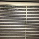 Polvere accumulata da secoli sul filtro del condizionatore stanza 408