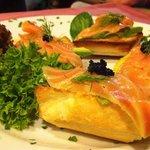 tostadas de salmon, aguacate y caviar