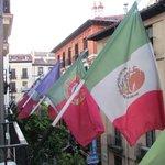 Bandera de paises en el balcon