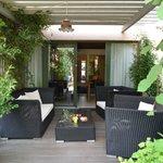 Relaxbereich Außengelände, Zugang Ferienwohnungen innen