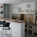 Кухня-столовая (холодильник вкл), окна - во двор