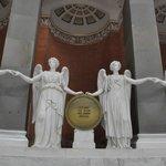 Скульптуры богинь победы из белого мрамора