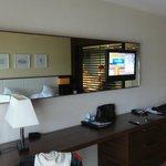 Spiegel mit Fernseher