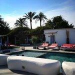 lits piscine vue sur piscine, bar et chambres