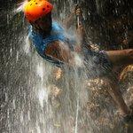 Bajando una de las cascadas entras en contacto total con la naturaleza